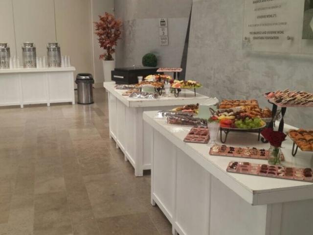מגוון כיבודי אוכל באולם הרצאות